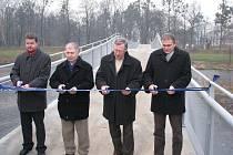 Ve Frýdku-Místku v pátek 4. prosince přestřihli pásku a slavnostně otevřeli nový most pro pěší a cyklisty přes řeku Ostravici.