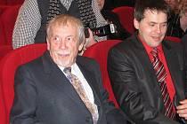 Zdeněk Šebesta (vlevo) sedí v hledišti Nové scény Vlast v Místku. Za několik okamžiků si převzal z rukou primátora Petra Cvika Cenu statutárního města Frýdku-Místku.