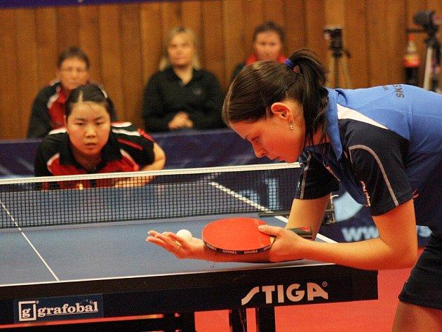 Hodonín má k finále nyní blíže. Na snímku servíruje Kateřina Pěnkavová proti frýdlantské hráčce Xiao Zhow.