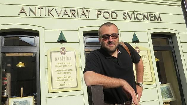 Petr Korč před Domem Pod Svícnem ve Frýdku.