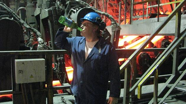 Uvnitř některých provozů Třineckých železáren je až 50 stupňů Celsia.