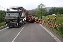 Zásah hasičů u havarovaného kamionu se dřevem.