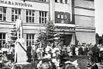 Slavnostní znovuodhalení sochy T. G. Masaryka před měšťanskou školou proběhlo 15. července 1945, tedy 73 dní po ukončení 2. světové války v Paskově. V pozadí je tak stále zřejmé poškození školy způsobené při osvobozovacích bojích.