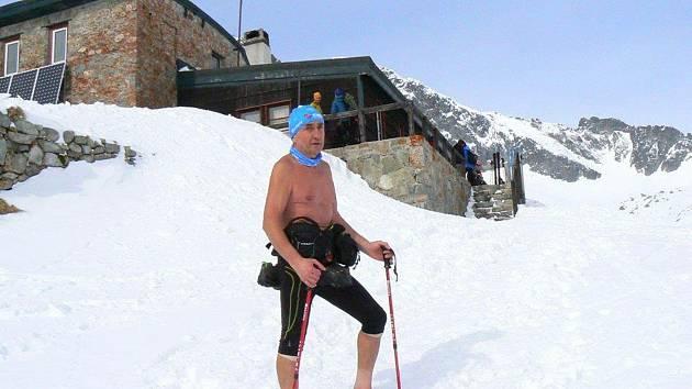 Ján Čupa patří kturistům chodícím pravidelně na Lysou horu. Vždycky totiž chodí svlečený do půl těla. A to i vtěch největších mrazech.