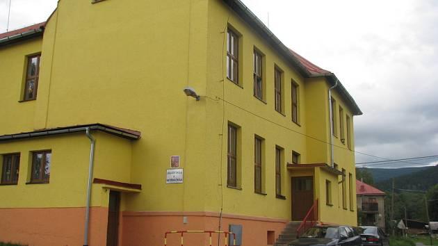 Budova základní a mateřské školy v Písečné.