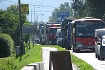 Kolona na hlavním tahu v Třinci-Oldřichovicích. Ilustrační snímek.