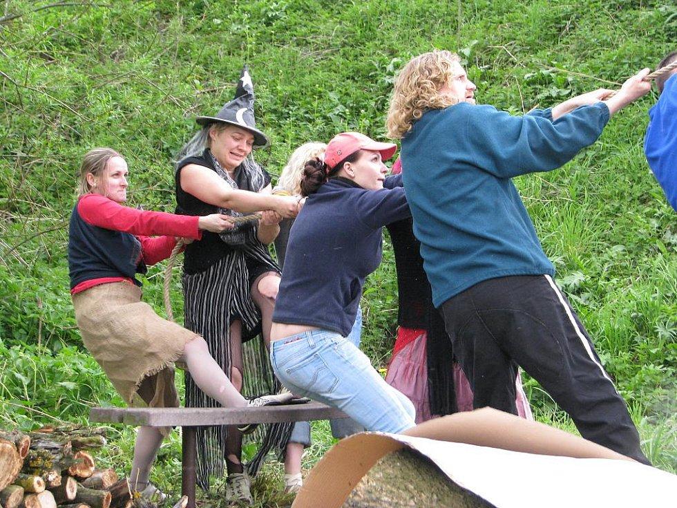 V Žermanicích si místní lidé tradičním způsobem za pomocí žebříků a lan postavili na hřišti májku. Celá akce byla letos poprvé spojena s pálením čarodějnic.