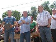 Odhalení sochy Franty Šišky v Dolní Lomné se v červenci 2011 ujal zpěvák Jarek Nohavica.