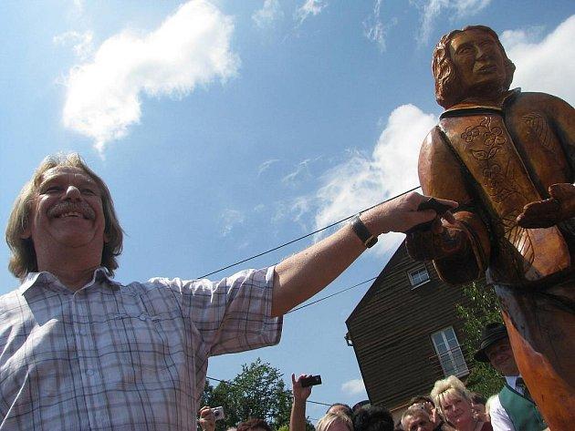 Jarek Nohavica v sobotu odhalil v Dolní Lomné sochu Franty Šišky.