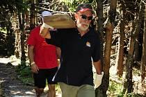 Na osm lávek přes zamokřené úseky ve vrcholové části Smrku se spotřeboval téměř kubík dřeva. Od lovecké chaty Hubertka se dřevěné fošny nosily na zádech.