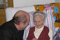 Anežka Kozlová z janovické osady Bystré se v pondělí 4. ledna dožívá sta let. Ženě přijel pogratulovat také místostarosta Ladislav Gurecký.