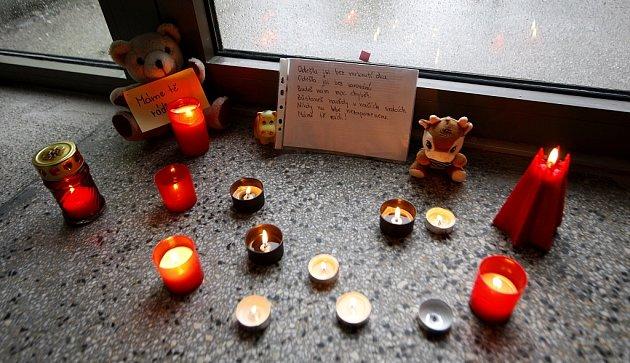 VZákladní škole vRaškovicích, kde zavražděná Denisa ještě před několika roky chodila, vzniklo pietní místo.
