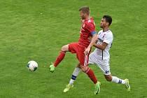 Fotbalisté Třinec (v červeném) prohráli v Líšni 2:6.