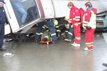 Při simulované nehodě autobusu a dvou osobních vozidel si zraněné cestující věrně zahráli studenti.