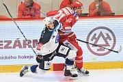 Utkání 2. kola hokejové extraligy: HC Oceláři Třinec - HC Plzeň (10. září 2017). Vlevo Dominik Kubalík a Tomáš Linhart z Třince.