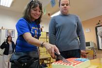 Američtí pedagogové se na frýdecko-místecké škole dočkali vřelého přijetí. Na dveřích visely pozdravné plakáty, připraven byl i tento povedený dort.