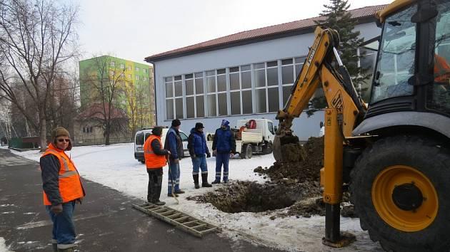 Pracovníci společnosti Severomoravské vodovody a kanalizace při opravě potrubí.