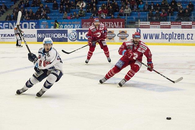 Oceláři (včerveném) zvládli duel na ledě Plzně bezchybně.