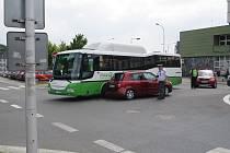 Kolize autobusu s osobním autem.