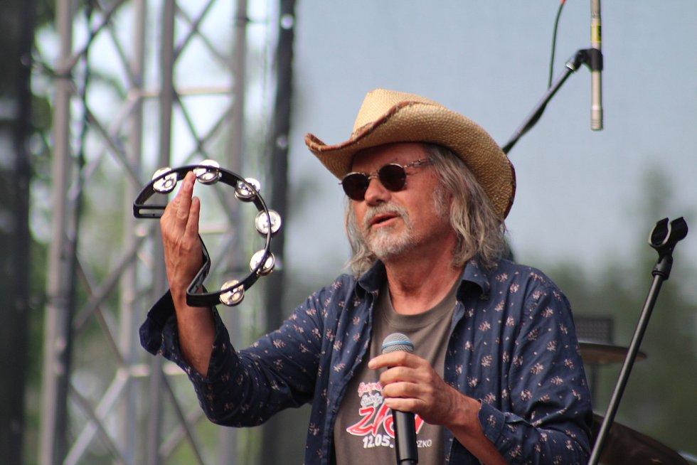 Na hudebním festivalu Bystřický Zlot 2018 zahrála také kapela Žlutý pes v čele s frontmanem Ondřejem Hejmou.