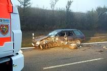 Dvě jednotky hasičů zasahovaly v neděli brzy ráno u dopravní nehody tří osobních automobilů u Mostů u Jablunkova nedaleko hraničního přechodu se Slovenskem. Vyžádala si několik zraněných osob.
