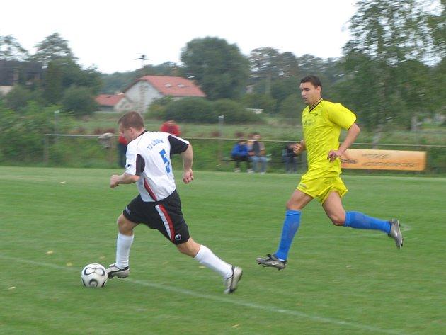 NA DVOU POSTECH měli lískovečtí diváci možnost vidět v podzimní sezoně krajského přeboru mužů Romana Vojvodíka (u míče). Ten začal nejprve jako hráč a v průběhu sezony se stal trenérem.