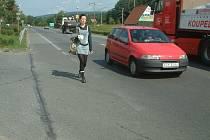 Žena jde v Hrádku po hlavní silnici. Přesně v těchto místech se odehrála nehoda s tragickými následky.
