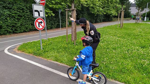 Policistky z Frýdku-Místku na dopravním hřišti seznamovaly děti s pravidly silničního provozu.