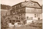 ŠKOLENÍ OKD v hotelu Zaoral, který byl později přejmenován na hotel Horal. Později byla budova v souvislosti s výstavbou přehrady přestavěna na školu. Základní škola pak v budově sídlila až do devadesátých let.
