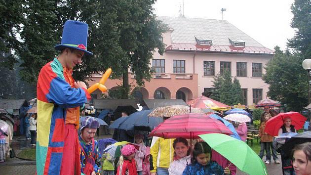 Den obce Bystřice nezkazil ani déšť. V areálu před bazénem se bavili návštěvníci všech věkových kategorií, dechovka Miločanka roztancovala několik párů s deštníky.