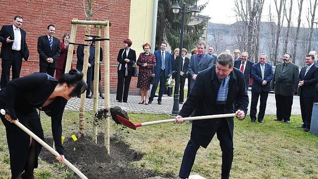 Věra Palkovská a Jiří Cienciala zasadili společně strom.