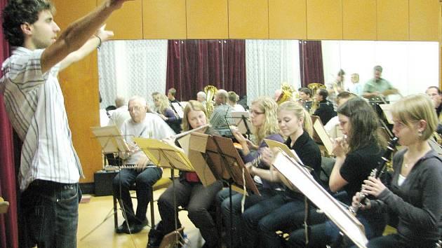 Dirigent Velkého dechového orchestru Válcovny plechu Jan  Vilášek (vlevo) během pondělní zkoušky v Národním domě ve Frýdku–Místku.