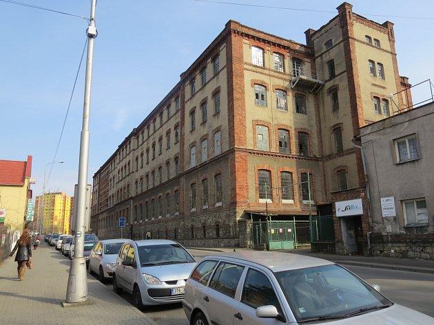 Budova bývalé přádelny v Nádražní ulici ve Frýdku-Místku před demolicí.