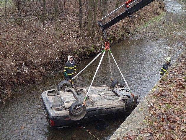 Auto spadlo ze srázu do řeky Ondřejnice