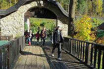 Turistickému pochodu Po zarostlém chodníčku přálo v sobotu počasí. Na snímku turisté, kteří vyrážejí z kozlovického areálu Na mlýně na závěrečnou část zhruba patnáctikilometrové trasy, která začínala a končila v Hukvaldech.
