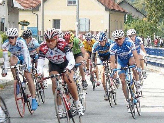 Souboj se soupeři i s větrem sváděli cyklisté na nedělní Velké ceně Lašska.