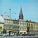 SNÍMKY zachycují proměnu Zámeckého náměstí ve Frýdku. Domy na dřívějším náměstí Klementa Gottwalda získaly vylepšenou fasádu, kolem kašny přibyly stromy, svůj ráz si ale náměstí zachovalo.