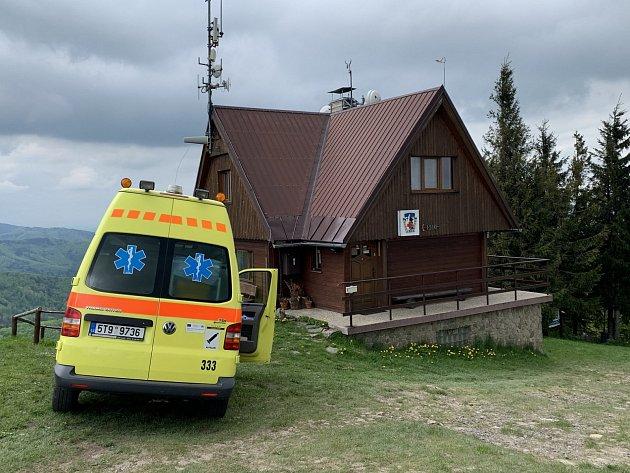 Posádky ZZS MSK spolu shorskými záchranáři zasahovaly uzraněné ženy vpátek 28.května. Operátoři byli oudálosti informováni po jedenácté hodině dopolední. Na pomoc vyslali tým leteckých záchranářů a posádku rychlé zdravotnické pomoci.