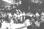LHOTKA je známá také díky Sochovým národopisným slavnostem, které se v obci konají každé léto. Lidé si tak připomínají tradice a odkaz kulturních zvyklostí našich předků. Na snímku z roku 1964 probíhají ovace Vincenci Sochovi, který byl důležitou součástí