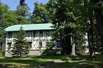 Léčebný dům Ondřejka se nachází na prosluněném jižním svahu uprostřed lázeňského parku.