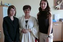Náměstkyně hejtmana Jaroslava Wenigerová (uprostřed) v úterý ocenila dvě dívky za odvahu, pohotový přístup a racionální jednání v krizové situaci. Eva Korecká (vpravo) i Zuzana Kudělková zachránily lidské životy.