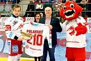 Třinecký Jiří Polanský (vlevo) převzal před nedělním utkáním s Mladou Boleslaví památeční dres připomínající jím vytvořený nový klubový rekord v počtu vstřelených branek.