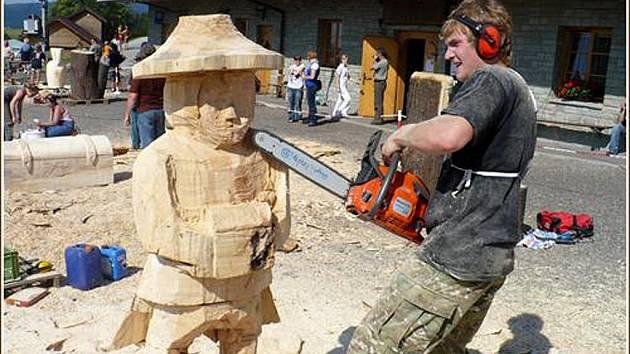 Při tvorbě soch jejich tvůrci používali i motorovou pilu.