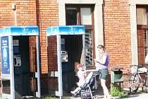 Telefonní automaty se například nacházejí před vlakovým nádražím v Nádražní ulici ve Frýdku-Místku.