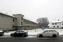 Přístavba školy vznikne na pozemku vedle současné budovy v těsné blízkosti hlavní silnice. Hotovo má být zhruba za rok a čtvrt.