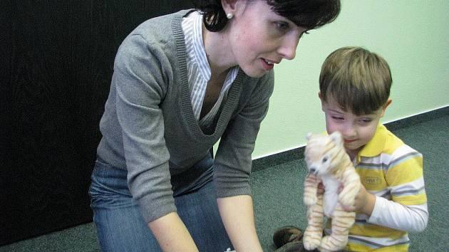 Hana Šťastníková učí malé děti anglickému jazyku formou hry.