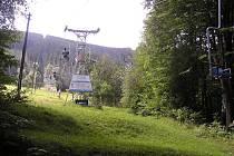 Na Javorový vrch u Třince turisty vyváží lanovka z roku 1957. Město momentálně hledá nového nájemce turistického areálu, v budoucnu se však bude muset zabývat i lanovou dráhou