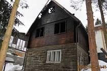 I přes zásah hasičů požár chatu značně poškodil.