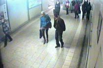 Neznámý muž si vyhlédl na nádraží mladou ženu a protože se s ním nechtěla bavit pobodal ji nožem. Popis hledaného muže:  muž ve věku asi 30 let, vyšší štíhlé postavy, vysoký  asi 185-190 cm,  krátkých černých vlasů, oblečen do hnědé bundy a modrých riflí.