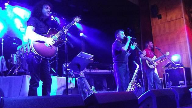 Nevidomý zpěvák Marek Cabák (uprostřed) během vystoupení své revivalové kapely Marek of Phil Collins.